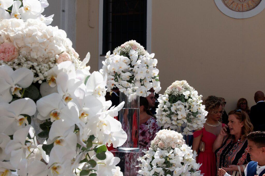 allestimento chiesa con orchidee