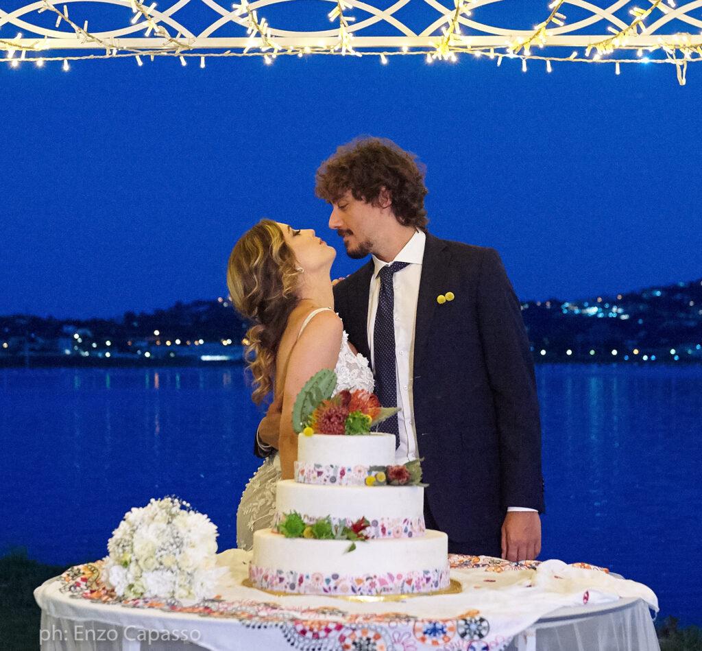 sposi con wedding cake