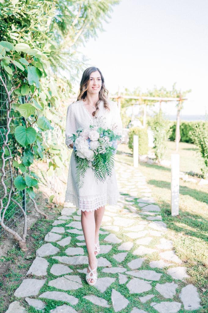 Sposa con bouquet azzurro polvere