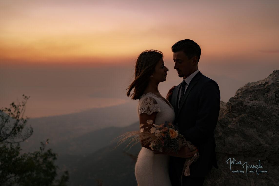 Wedding fra le nuvole  in un paesaggio anticonvenzionale.