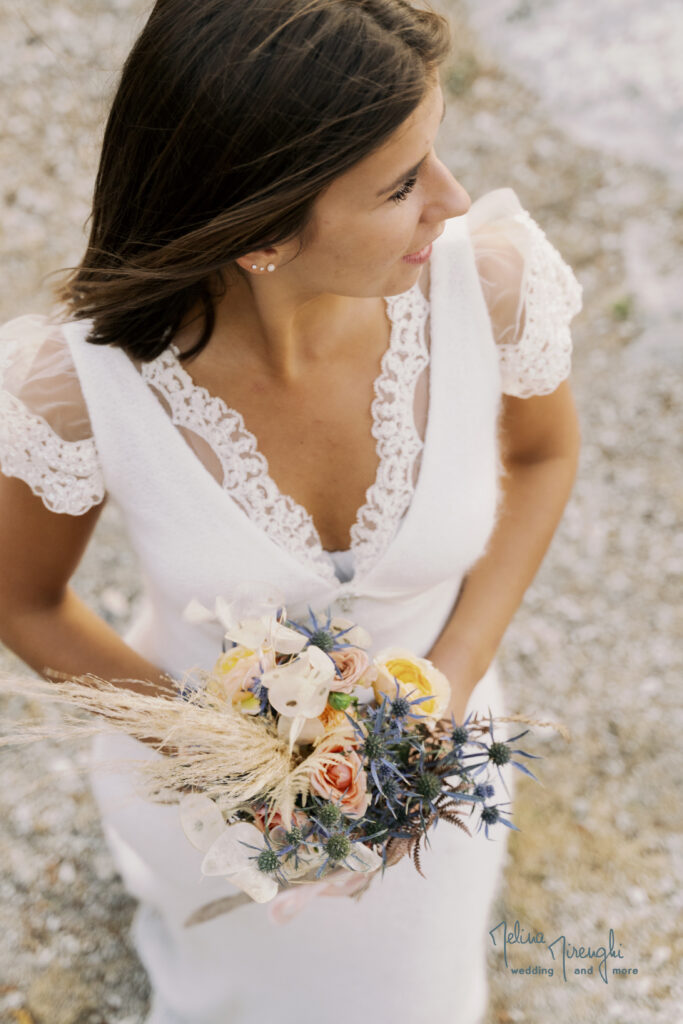 sposa con bouquet natural